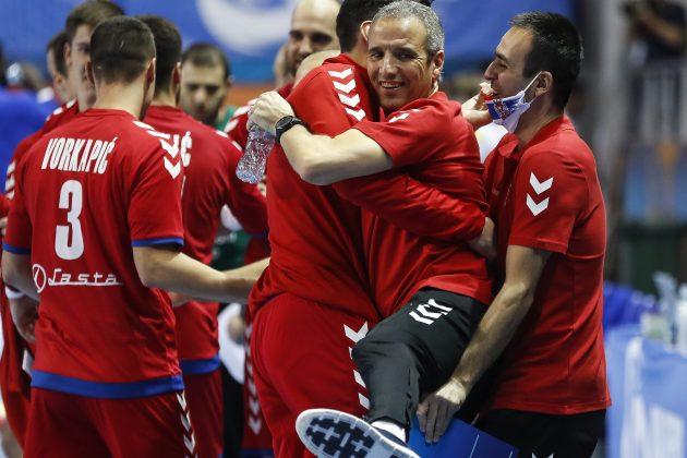 Toni Đerona, selektor rukometaša Srbije, grli svoje igrače posle pobede
