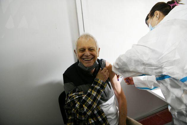 Branko Kockica prima vakcinu