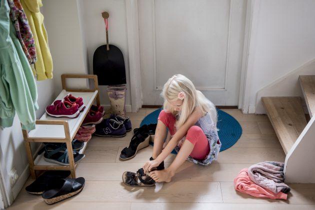 devojčica; obuvanje