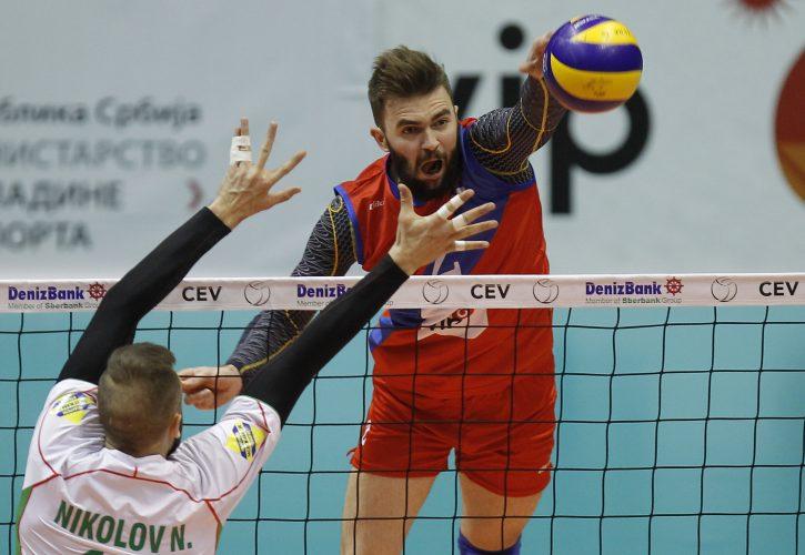 Odbojkaš Uroš Kovačević smečuje na utakmici sa Bugarskom