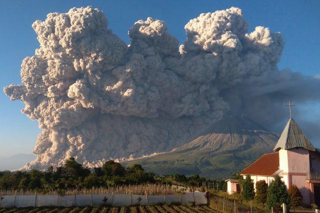 Erupcija vulkana Sinabung u Indonezija