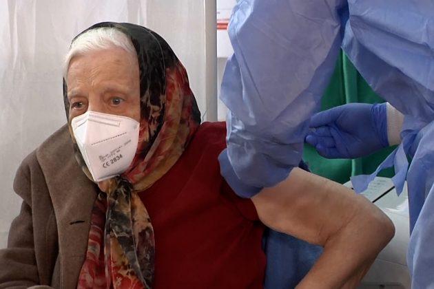 Baka ima 104 godine i primila je vakcinu