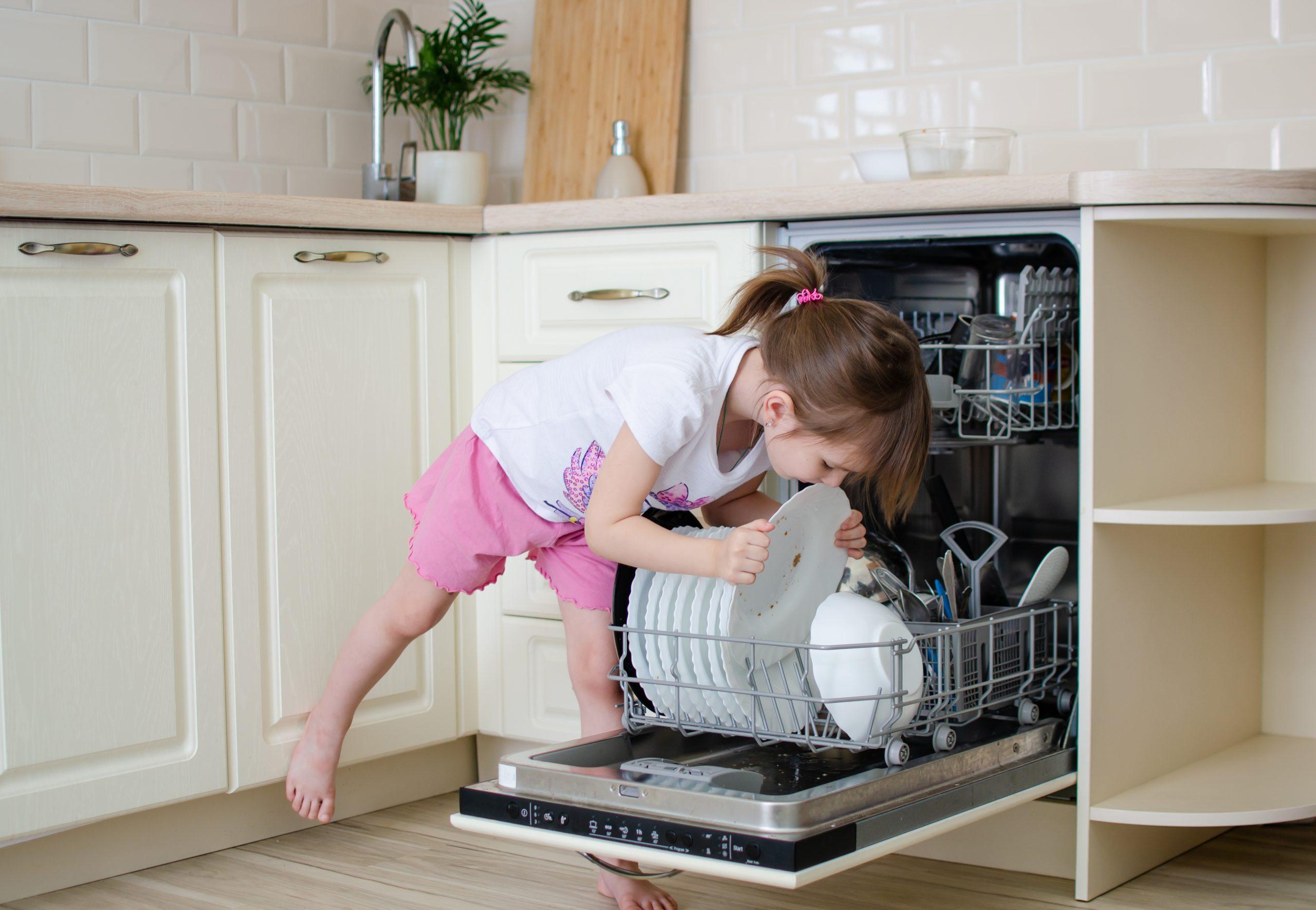 Dete, devojčica, sudovi, kućni poslovi