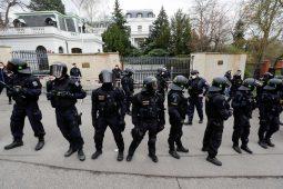 Protest ispred ruske ambasade u Pragu, policija