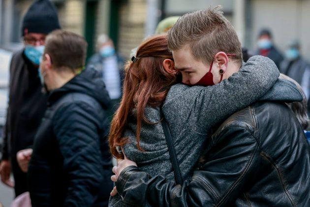 mladi; zagrljaj