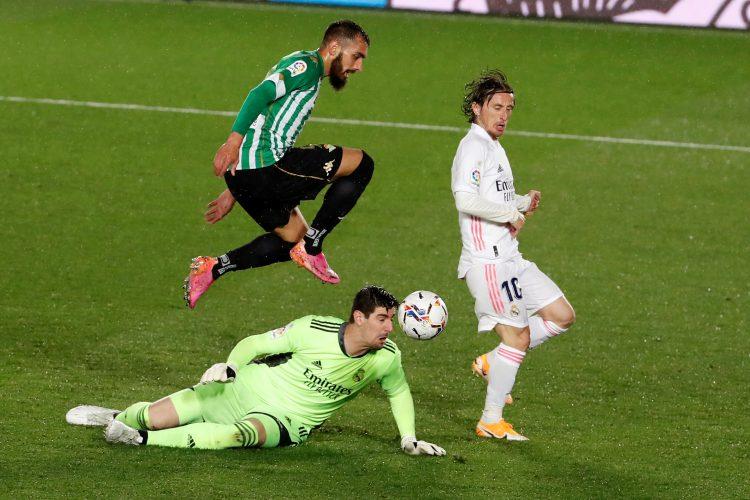 Luka Modrić i Tibo Kurtoa sprečavaju gol Betisa