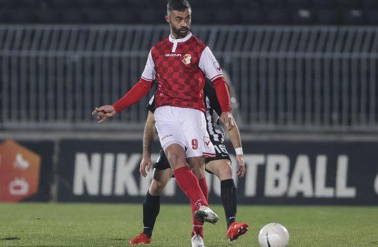 Fudbaler Alen Melunović dodaje loptu