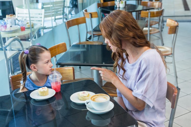 majka i ćerka:; vikanje na dete:
