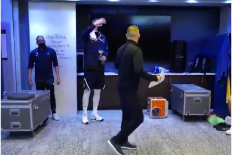 Nikola Jokić i trener Majkl Meloun, Denver svlačionica