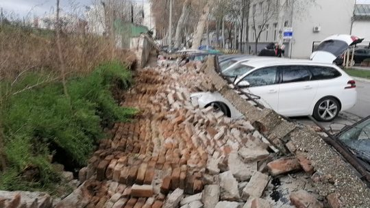 """Srušen zid stadiona """"Zemun"""" u Dobanovačkoj ulici."""