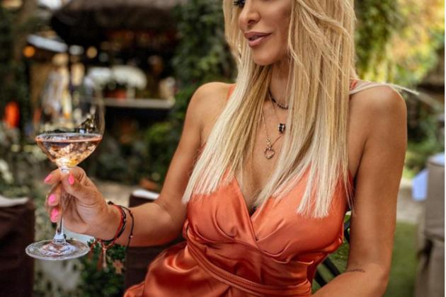 Snežana Filipović pije vino