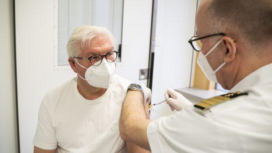 Frank Valter Stajnmajer tokom vakcinacije