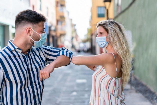 par; maske; mladi par; ljubav; muvanje