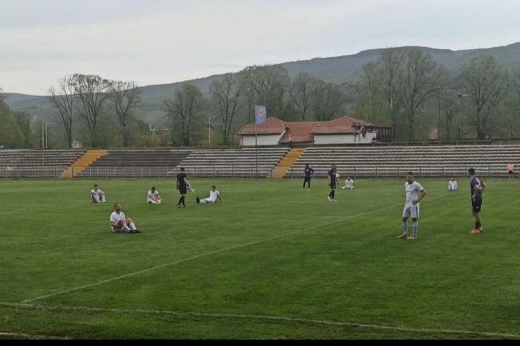 Igrači Radničkog sede na travi u znak protesta zbog dosušenog penala