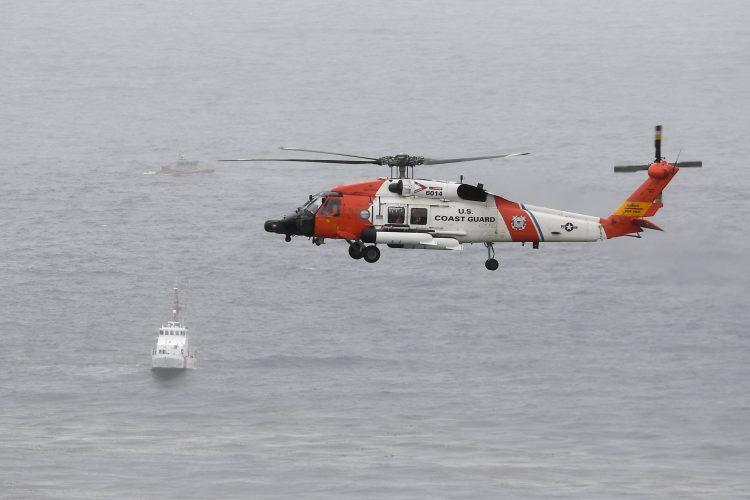 Helikopter američke Obalske straže nadleće područje u kojem se prevrnuo brod