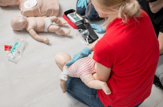 beba se guši; prva pomoć