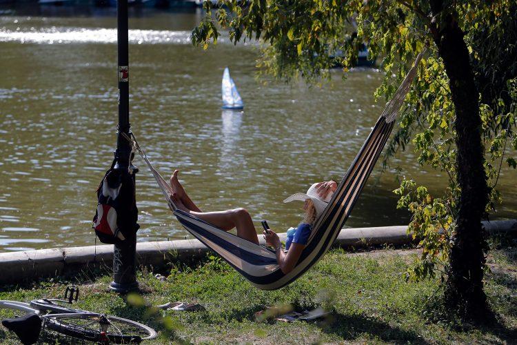 leto; park; ležaljka; odmaranje
