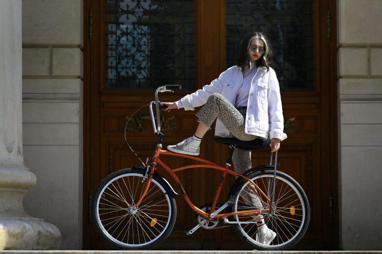 bicikl; devojka