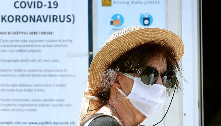 koronavirus; maska; žena; šešir