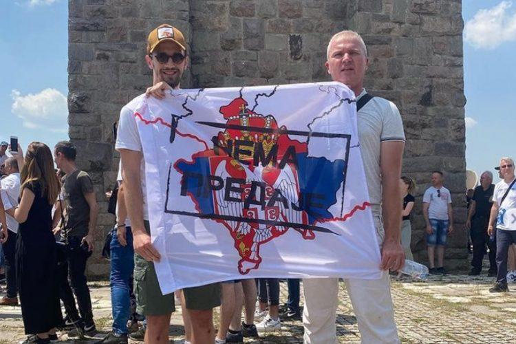 vukasin jovanovic na gazimestanu drzi zastavu nema predaje vidovdan