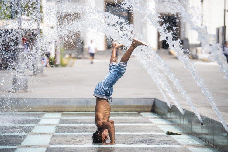Vrućina, leto, fontana, rashladjivanje, rashlađivanje, kupanje u fontani
