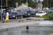 Beograd Kučići u fontani, kuče, pas, psi u fontani. Leto, vrućina, rashlađivanje, rashladjivanje