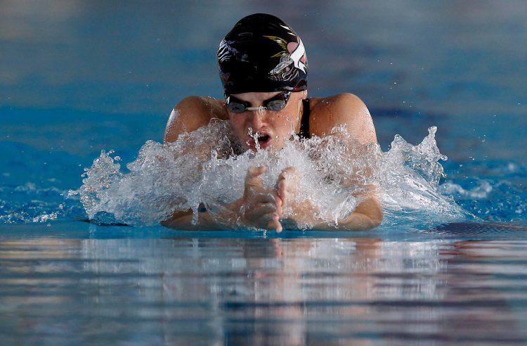 Nađa Higl u bazenu pliva prsno