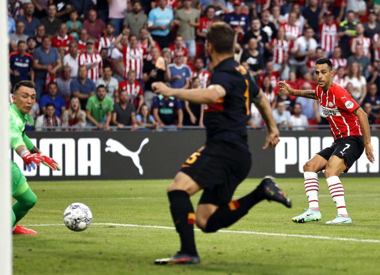 Eran Zahavi iz PSV Ajndhovena postiže gol protiv Galatasaraja u kvalifikacijama za Ligu šampiona