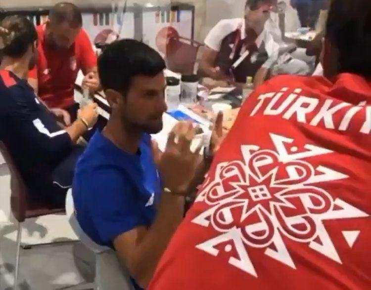 Novak Đoković priča sa reprezentativkama Turske u odbojci