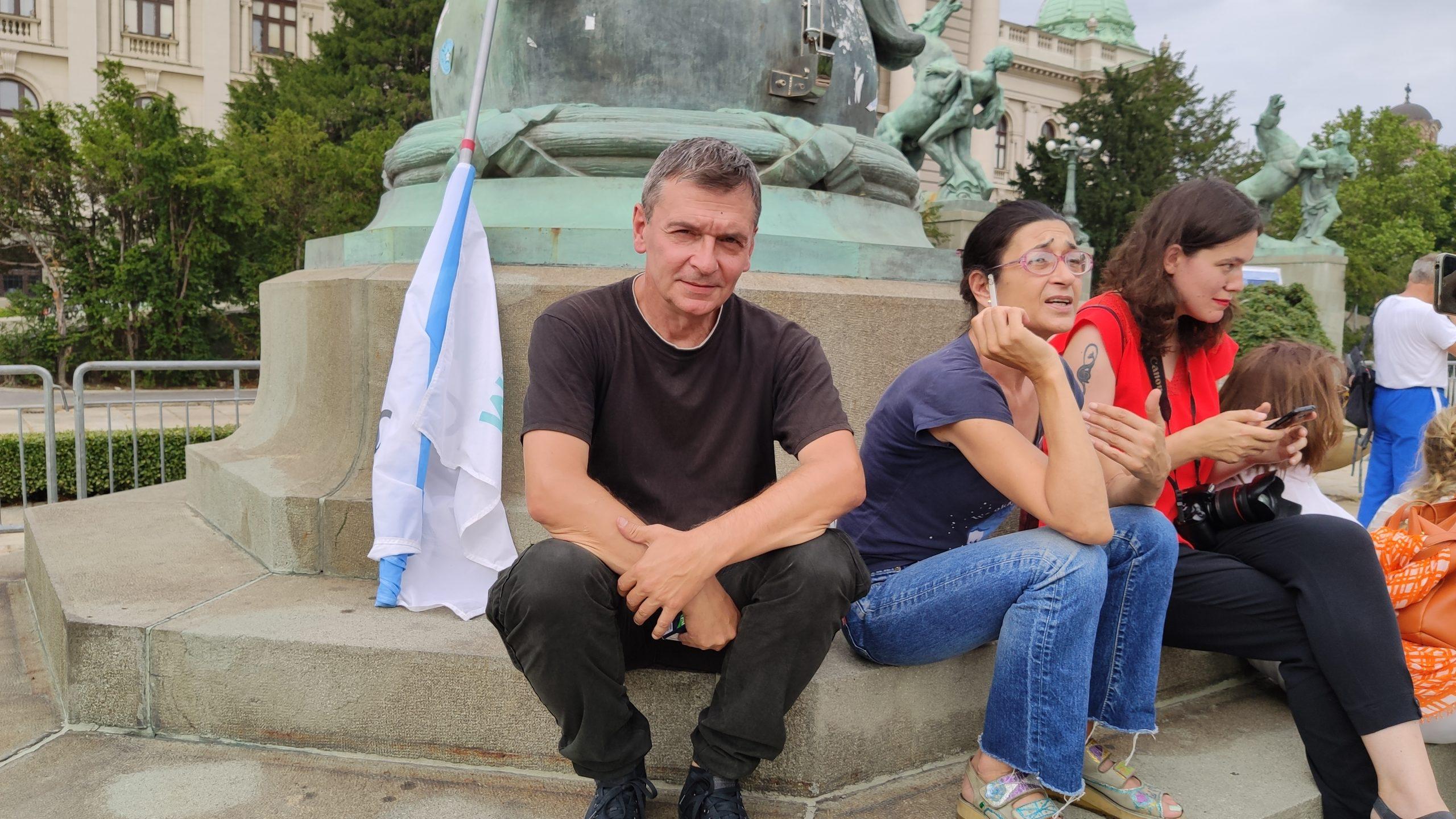Aleksandar Jovanovic Cuta na protestu ispred Skupstine Srbije
