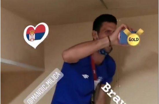 Novak Đpković slavi zlatnu medalju Milice Mandić
