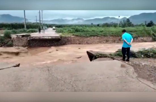 Poplava na mostu u Kini