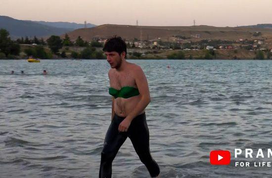 Čovek kupanje bikini