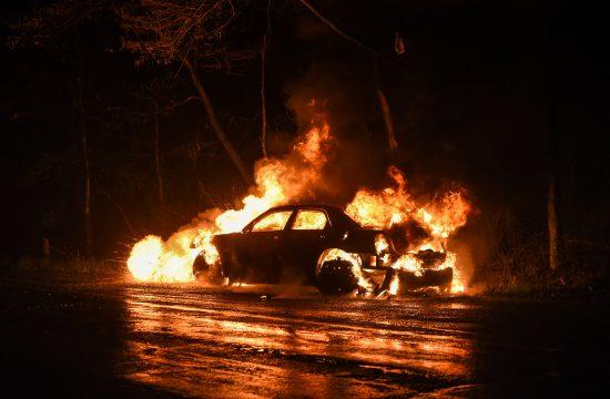 Zapaljen automobil, auto, vatra, gori auto