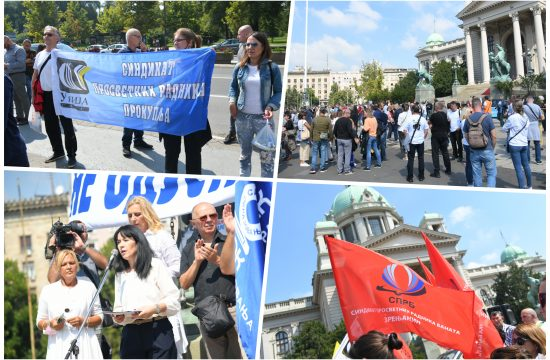 Protest prosvetnih radnika ispred Skupštine Srbije