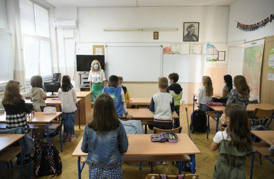 Intoniranje himne u školi u Beogradu FOTO: Dragan Mujan / Nova.rs