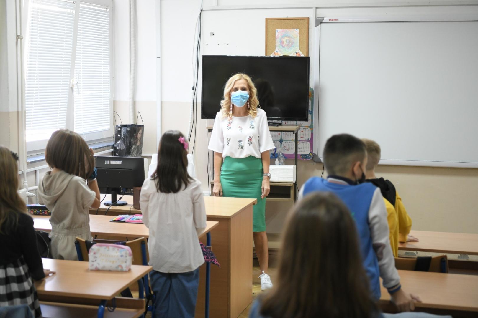 Prvo intoniranje himne u školama u Srbiji FOTO: Dragan Mujan / Nova.rs