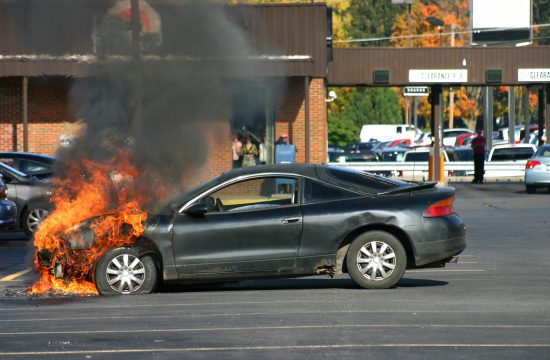 Auto, auto u plamenu, zapaljeni automobil