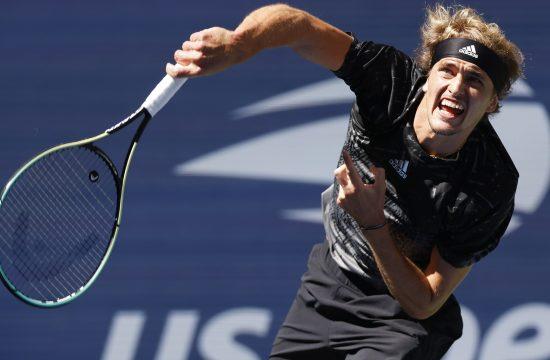 Aleksander Zverev servira na US Openu
