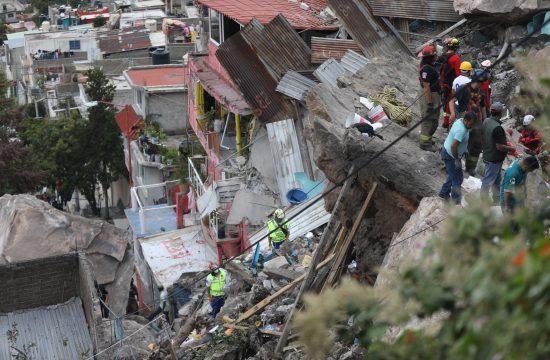 Odron stena na periferiji Meksiko Sitija koje su se srusile na gusto naseljeni grad Tlalnepantla