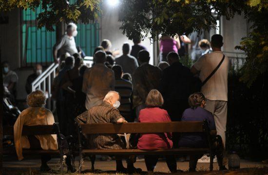 Zemun, kovid ambulanta, gužva, ljudi čekaju na pregled, red