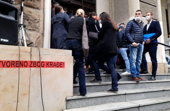 Guranje advokata i policije ispred kasacionog suda