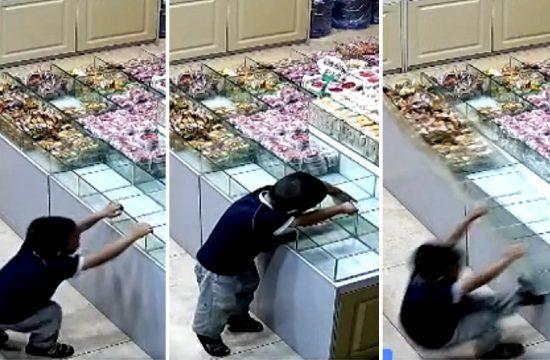 Decak u prodavnici bombona