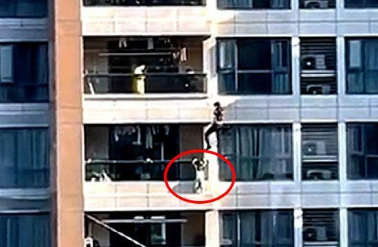 Spašavanje dečaka sa zgrade u Kini
