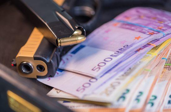 Pištolj, pare, evri, euri, novac