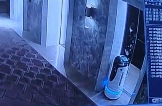 Izbacio robota iz lifta