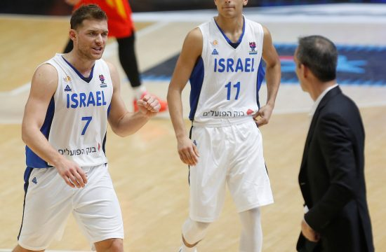 Gal Mekel i košarkaš Partizana Jam Madar, foto: EPA-EFE/Miguel Angel Polo
