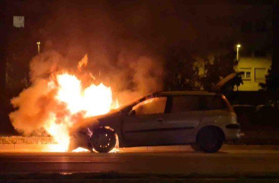 Zapaljen automobil, automobil u plamenu, vatra, Jurija Gagarina, Novi Beograd, Blok 70
